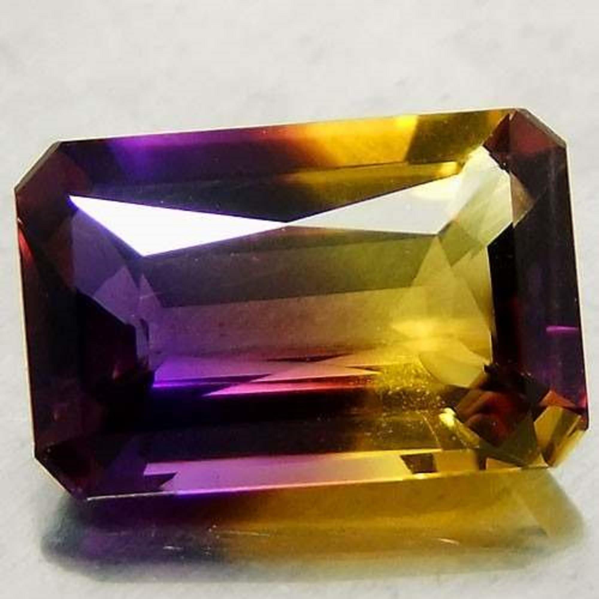 Аметрин - двуцветен скъпоценен камък