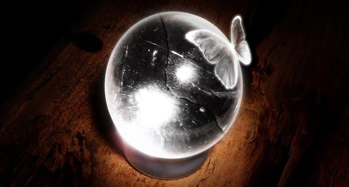 Кристална топка с пеперуда