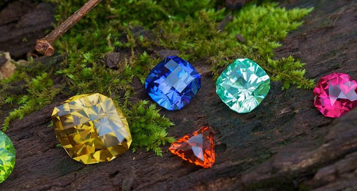Скъпоценните камъни  са жива материя